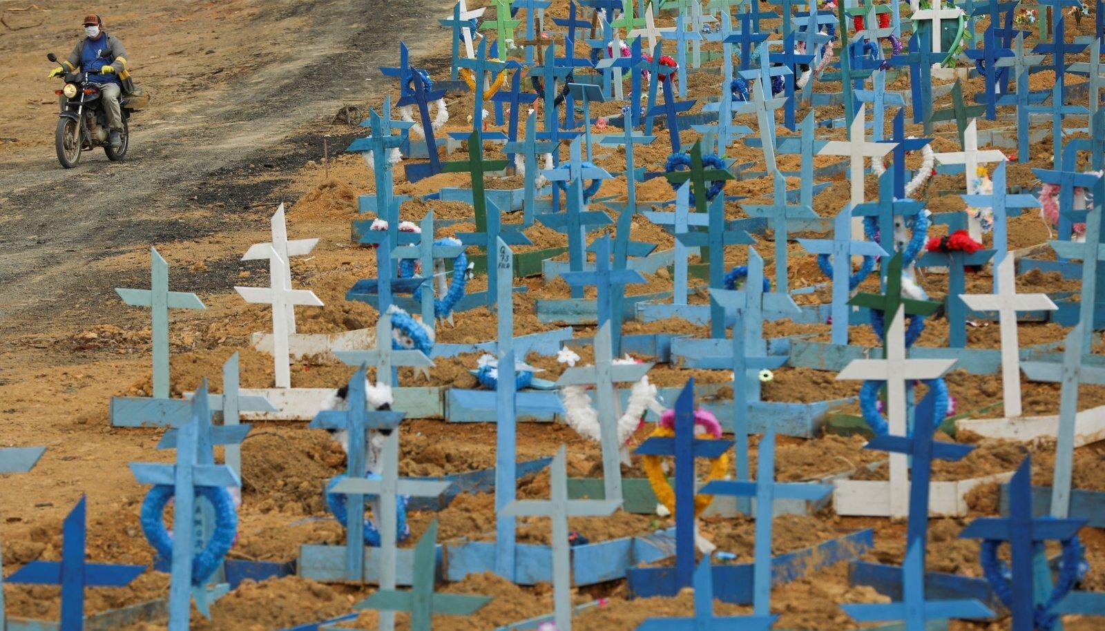 Brasiilia Manause linna Parque Tarumã surnuaia massihaud. Taamal saabub hauakaevaja uuesti tööle.