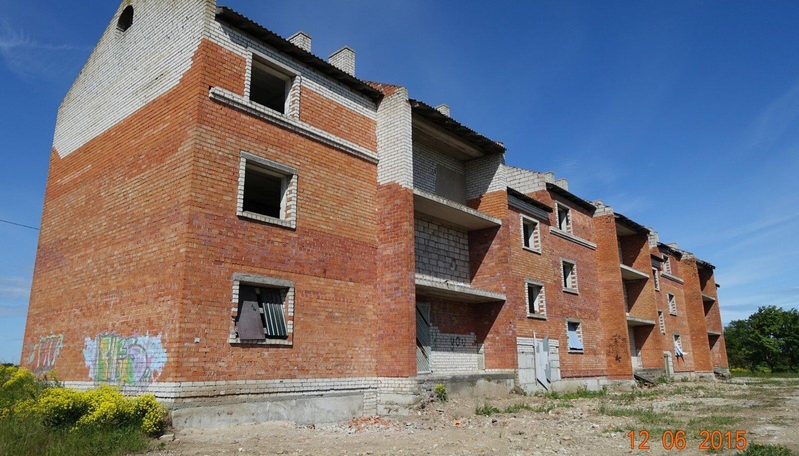 Pooleliolev korrusmaja Rakveres Näituse 26, millesse sissepääs oli auditi ajal takistatud.