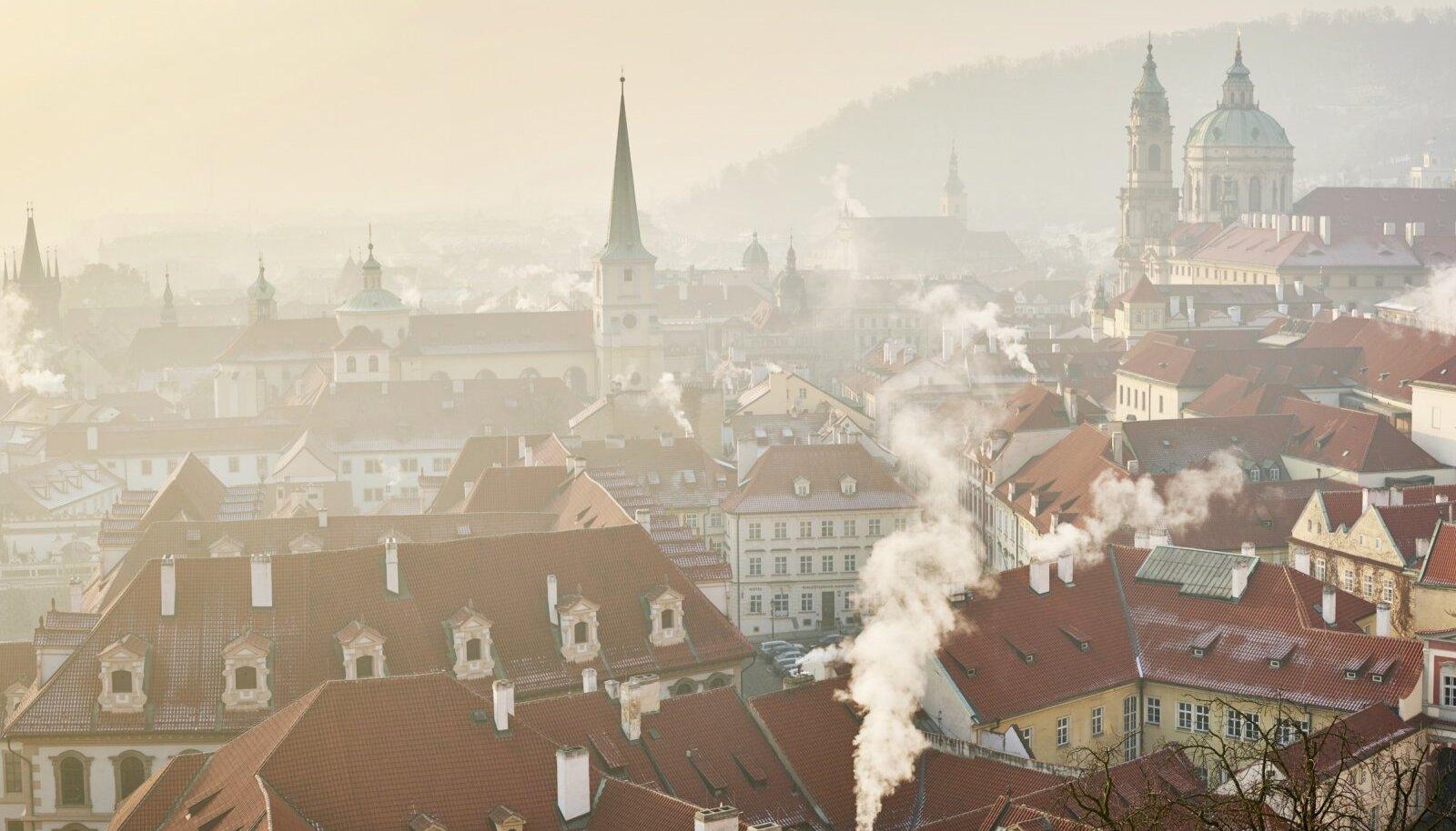 KLASSIKALINE TALVINE PRAHA: Vaade Malá Stranale Hradčanylt. Vasakul servas paistab ka Karli silla väravatorn.