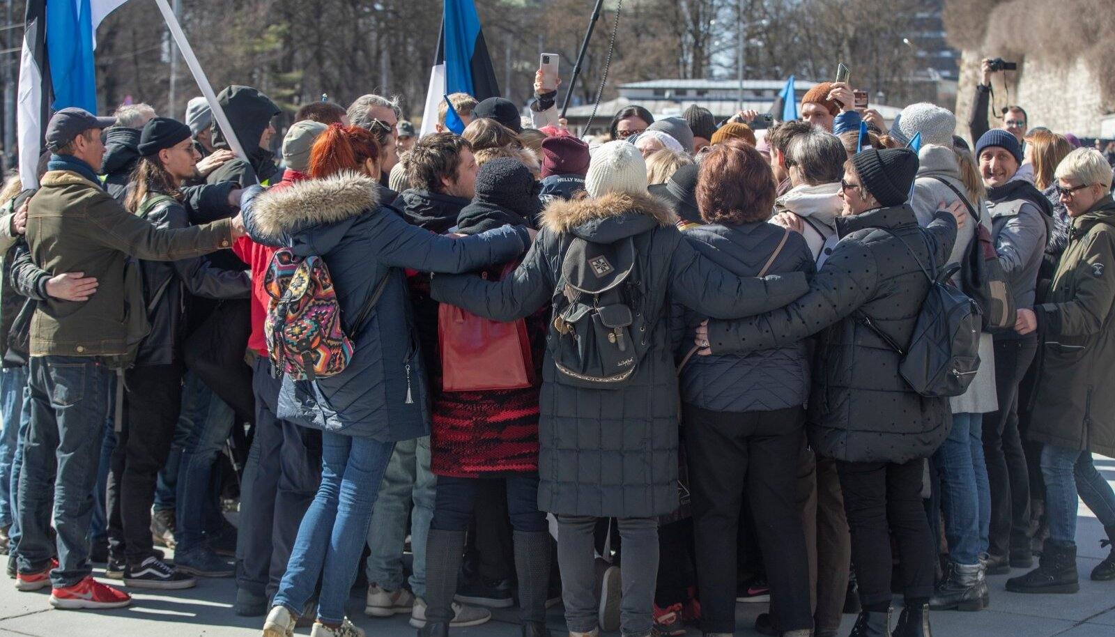Grupikalli Vabaduse väljaku meeleavaldusel. Vandenõuteooriaid toetab inimeste vajadus samamoodi mõtlevas kogukonnas olla, kahtlejad heidetakse kiiresti ringist välja.