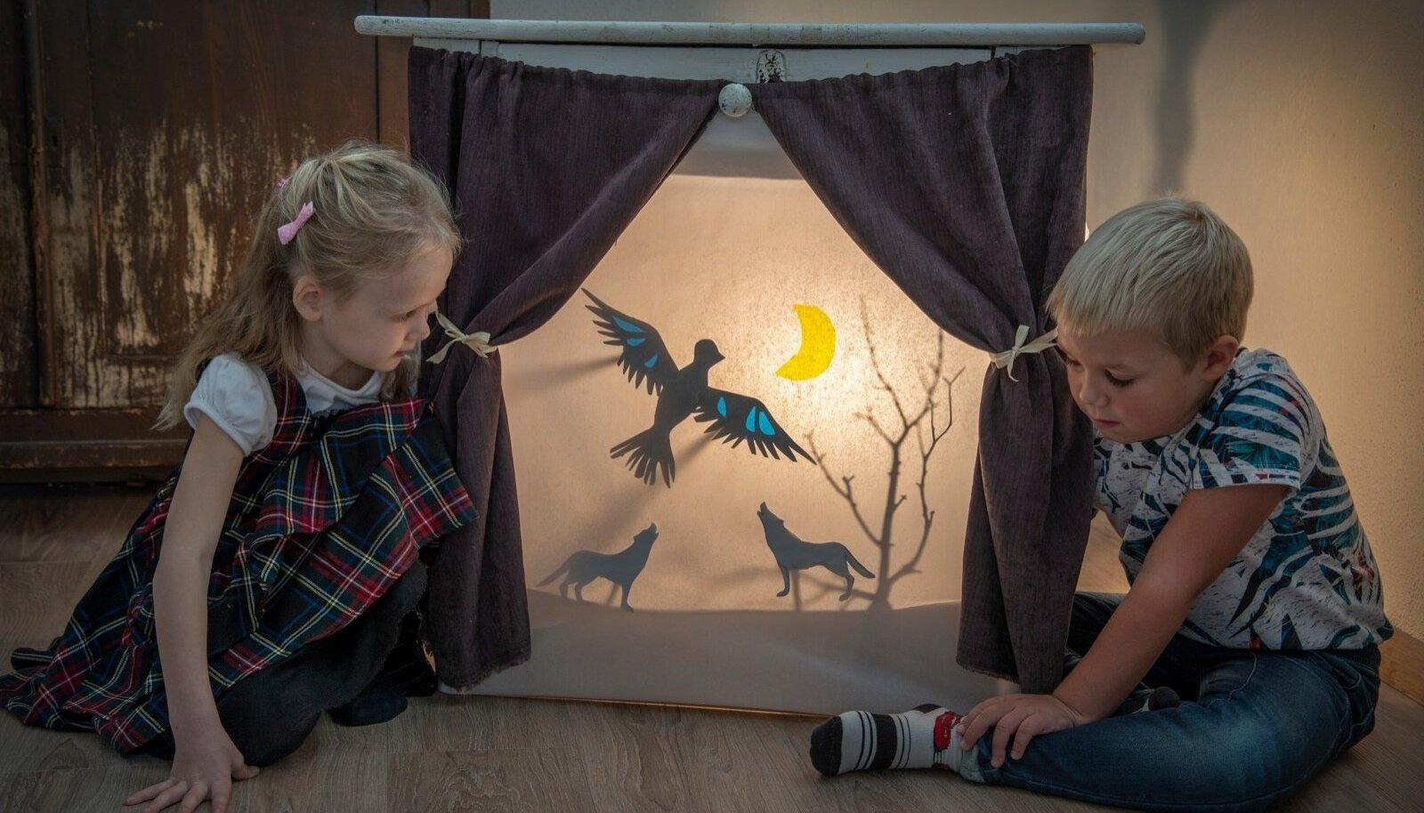"""Iidama ja Aadama varjuteatri """"Hingelinnu"""" lavastuses etendavad Elina ja Alfred vallatute huntide rolle."""
