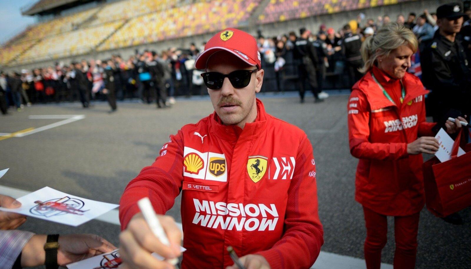 Sebastian Vettel Shanghais autogramme jagamas