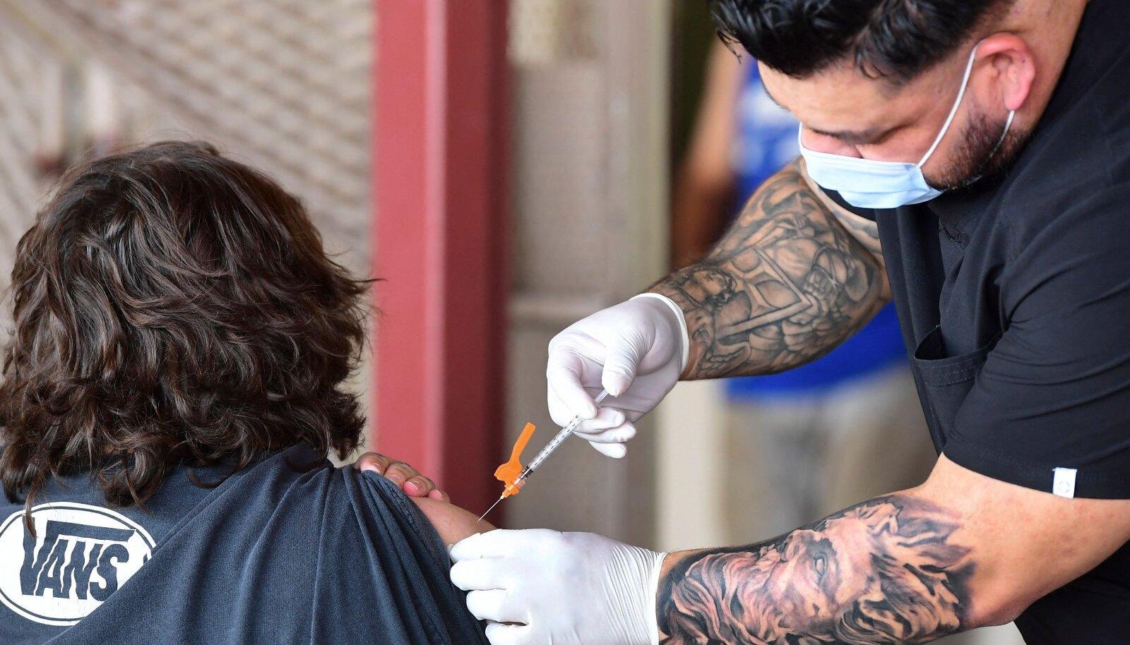 Pfizeri vaktsiini süstimine Los Angeleses.