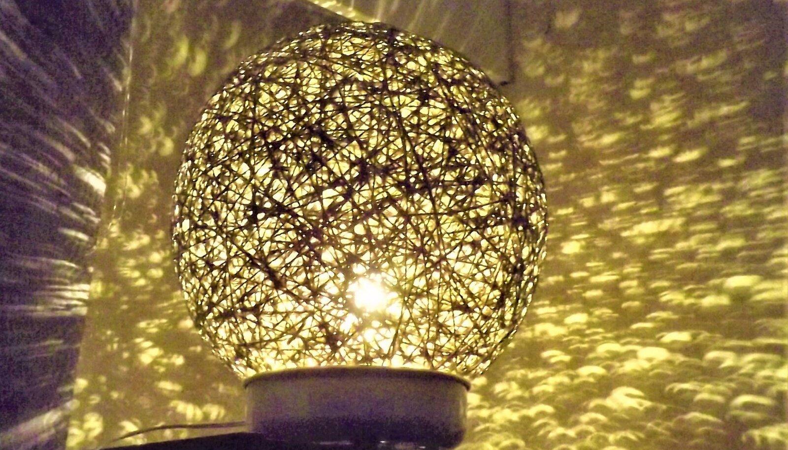 Nöörist laualamp tekitab ruumis huvitava valguse.