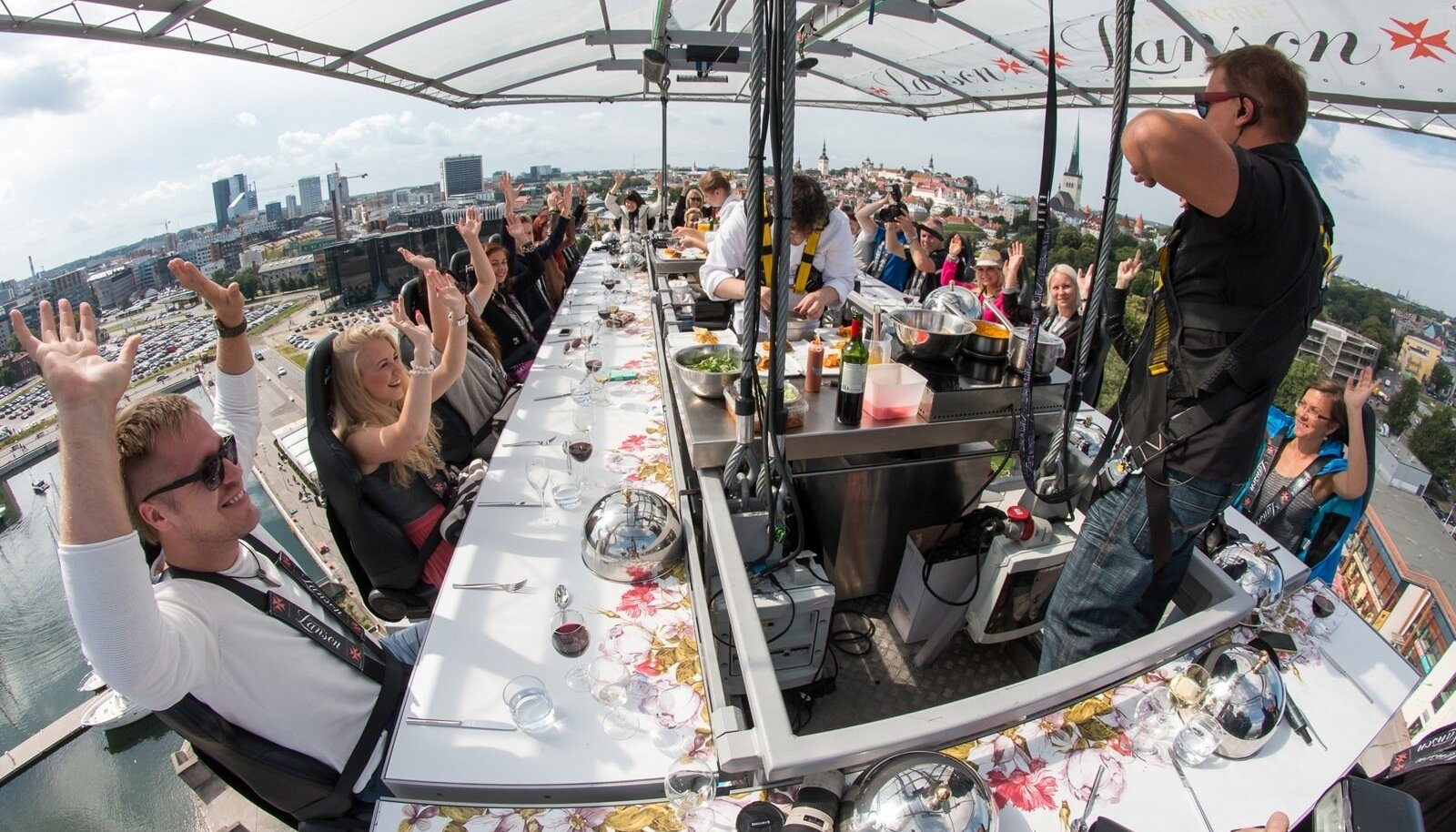 Dinner in the Sky on aastaid tõstnud inimesi Tallinna kohale nautima head sööki ja jooki.