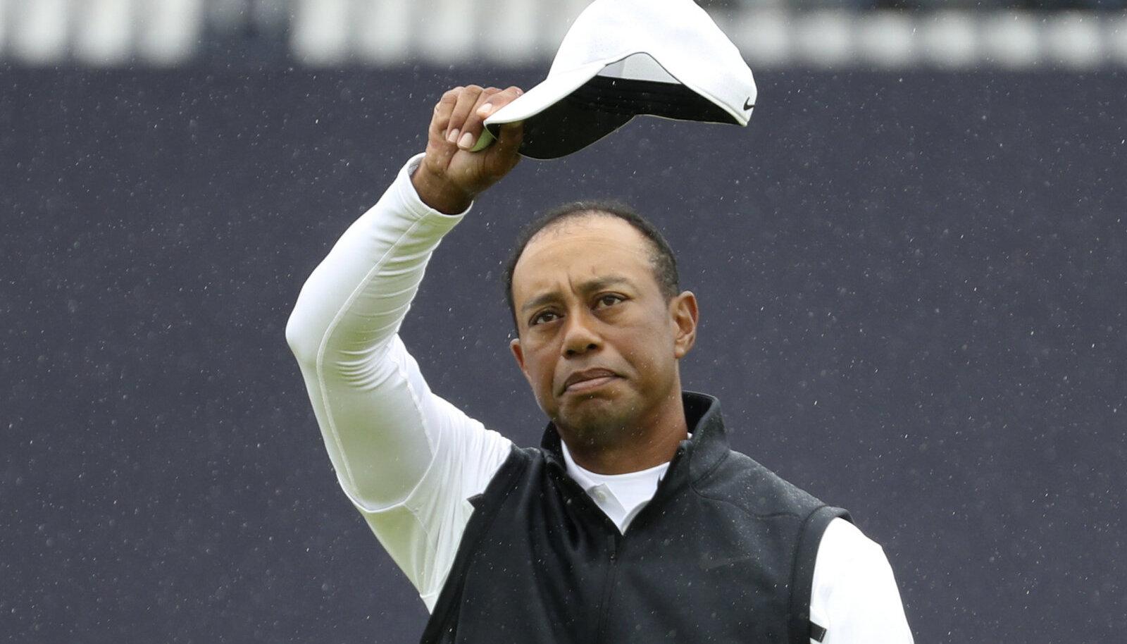 Tiger Woods pärast teist ringi publikut tänamas.