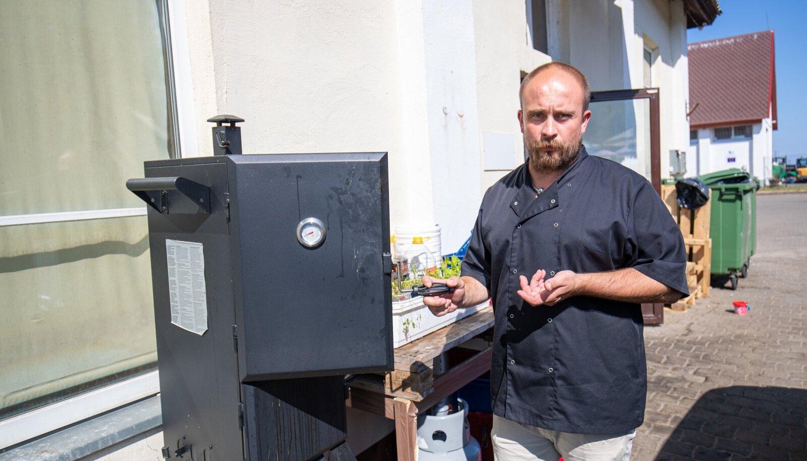 Toila Mereresto omanik ja kokk Sander Lillepuu küpsetab söögiks pakutavaid vutte ja kala restorani suitsuahjus.