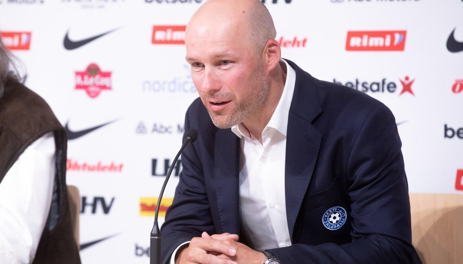 Jalgpallilkoondise peatreener Karel Voolaid.