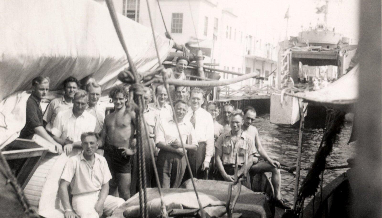 ÕNNELIKULT MIAMIS: Eestlased Linda pardal, millega ületati Atlandi ookean. Lipsuga mees on hilisem Eesti peakonsul New Yorgis Ernst Jaakson. Foto 18. oktoobril 1946.