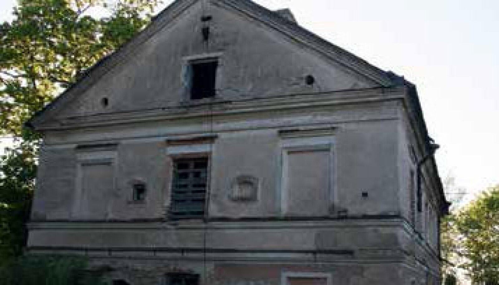 1850ndatel ehitatud Rae mõisahoone 2015. aasta suvel.