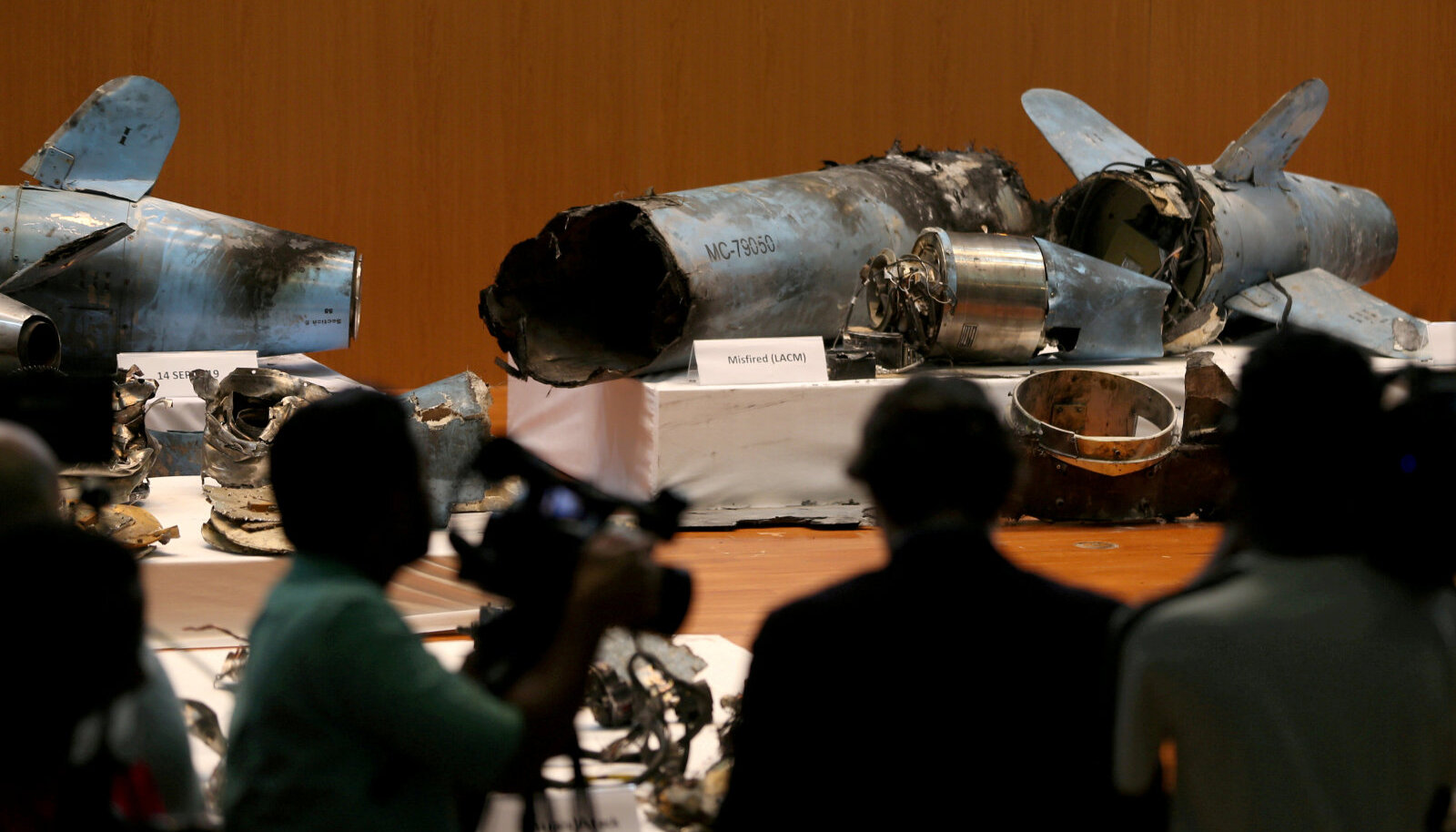 Saudi Araabia näitas raketitükke, mis tabasid Saudi Araabia naftarajatisi