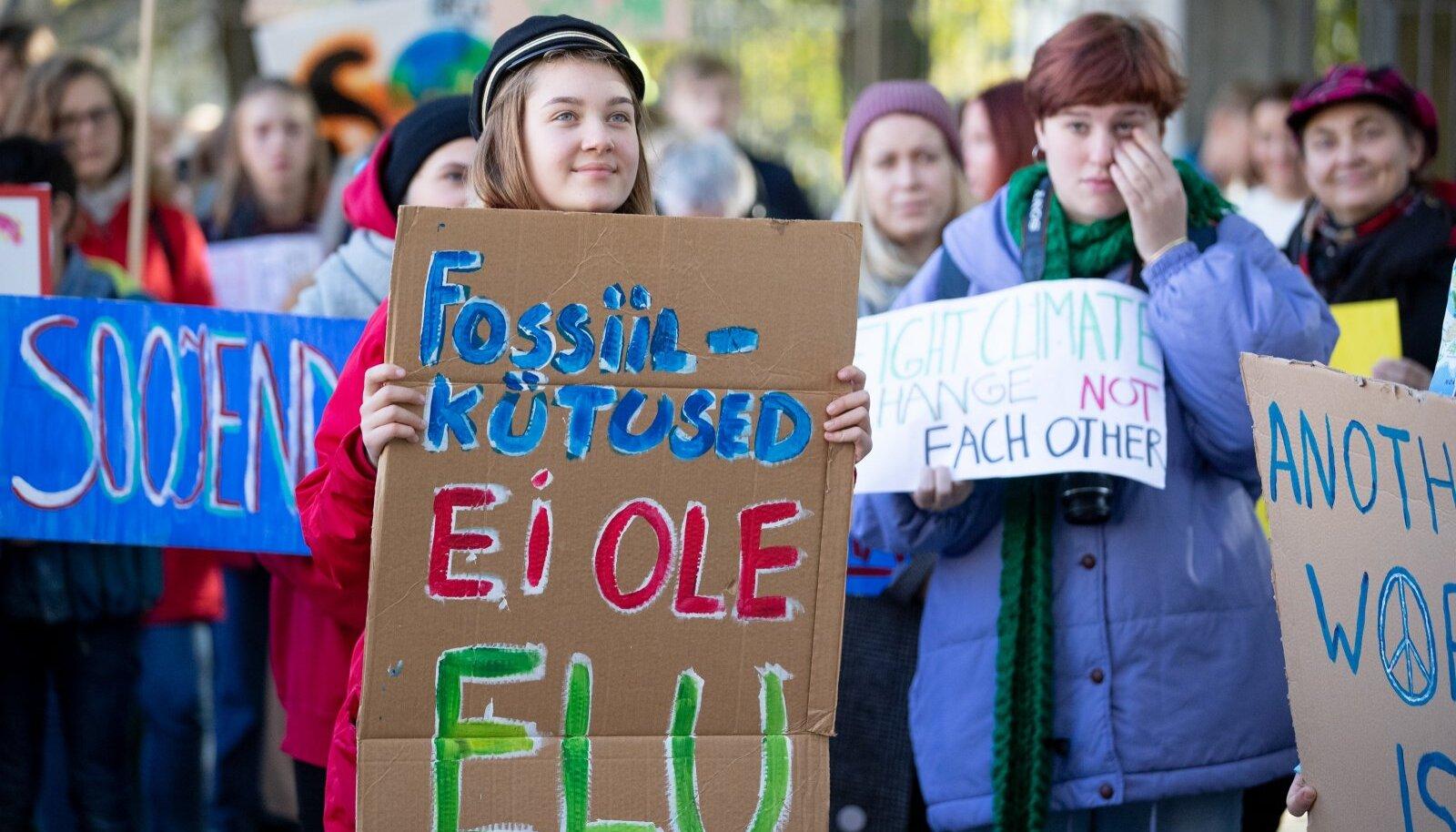 Noored kliimaaktivistid meelt avaldamas.
