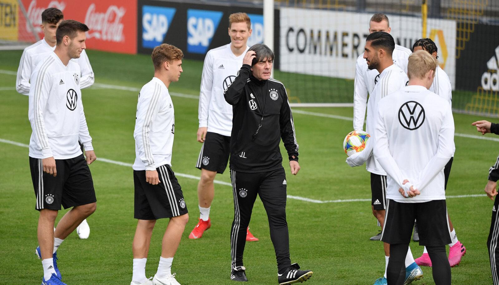 Saksamaa jalgpallikoondis treeningul. Keskel mängijaid juhendamas Joachim Löw.