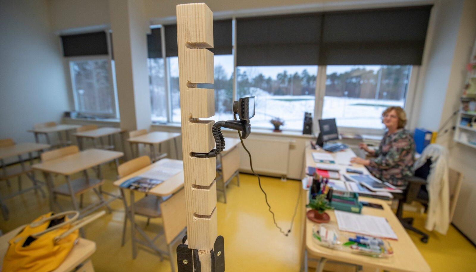 Distantsõpe Keila koolis selle aasta jaanuaris. Klass on tühi ja õpilased saavad tunnis toimuvast kodus ülevaate kaamera kaudu.