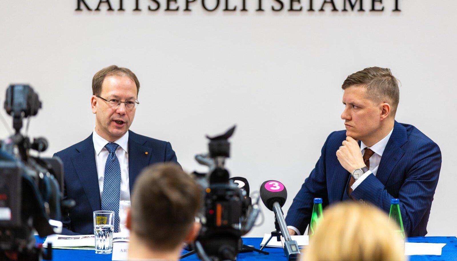 KAPO aastaraamatu esitlus. Vasakul peadirektor Arnold Sinisalu, paremal büroo juht Harrys Puusepp.