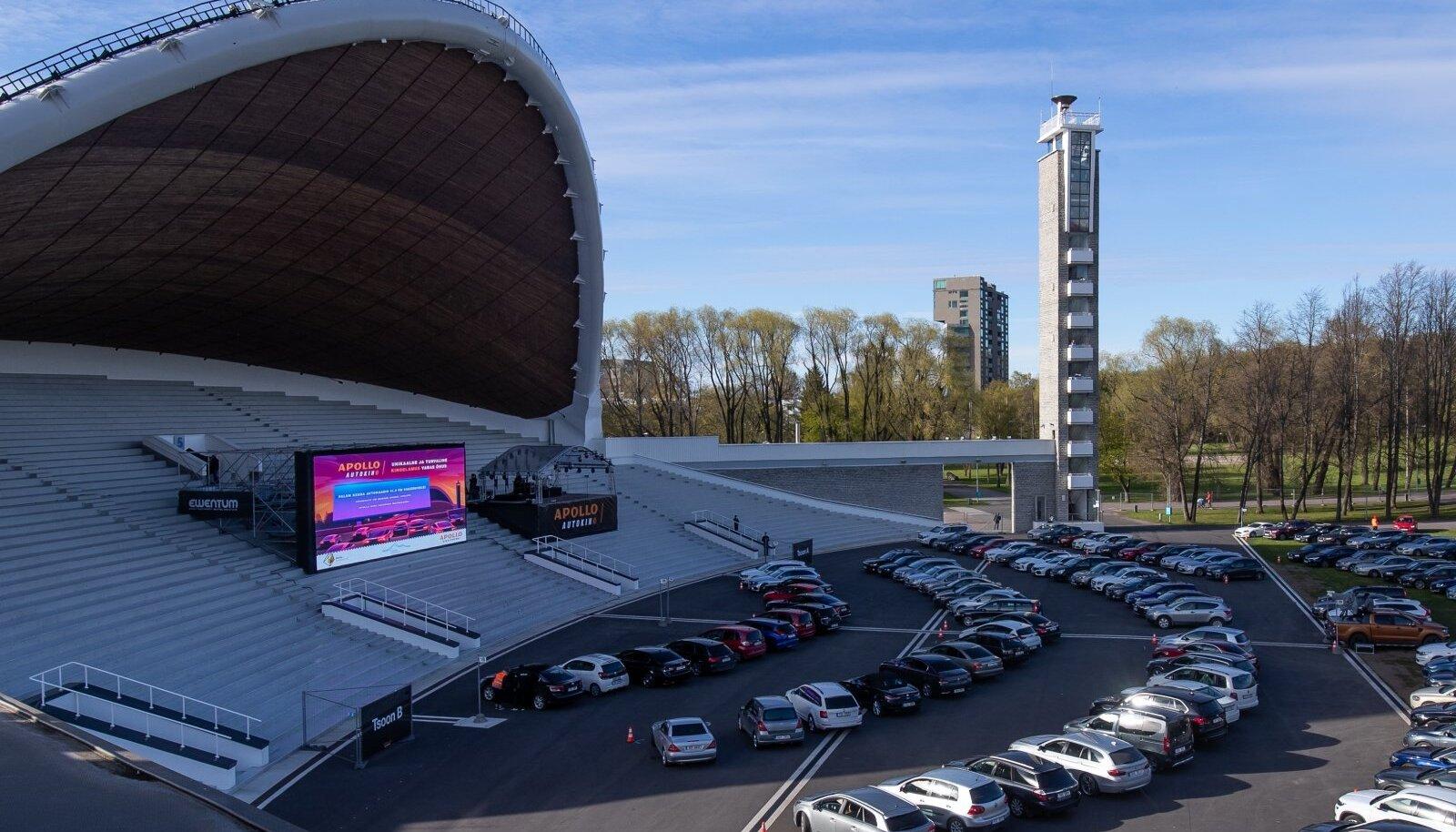 Koroonaime - autod vallutasid Tallinna lauluväljaku.