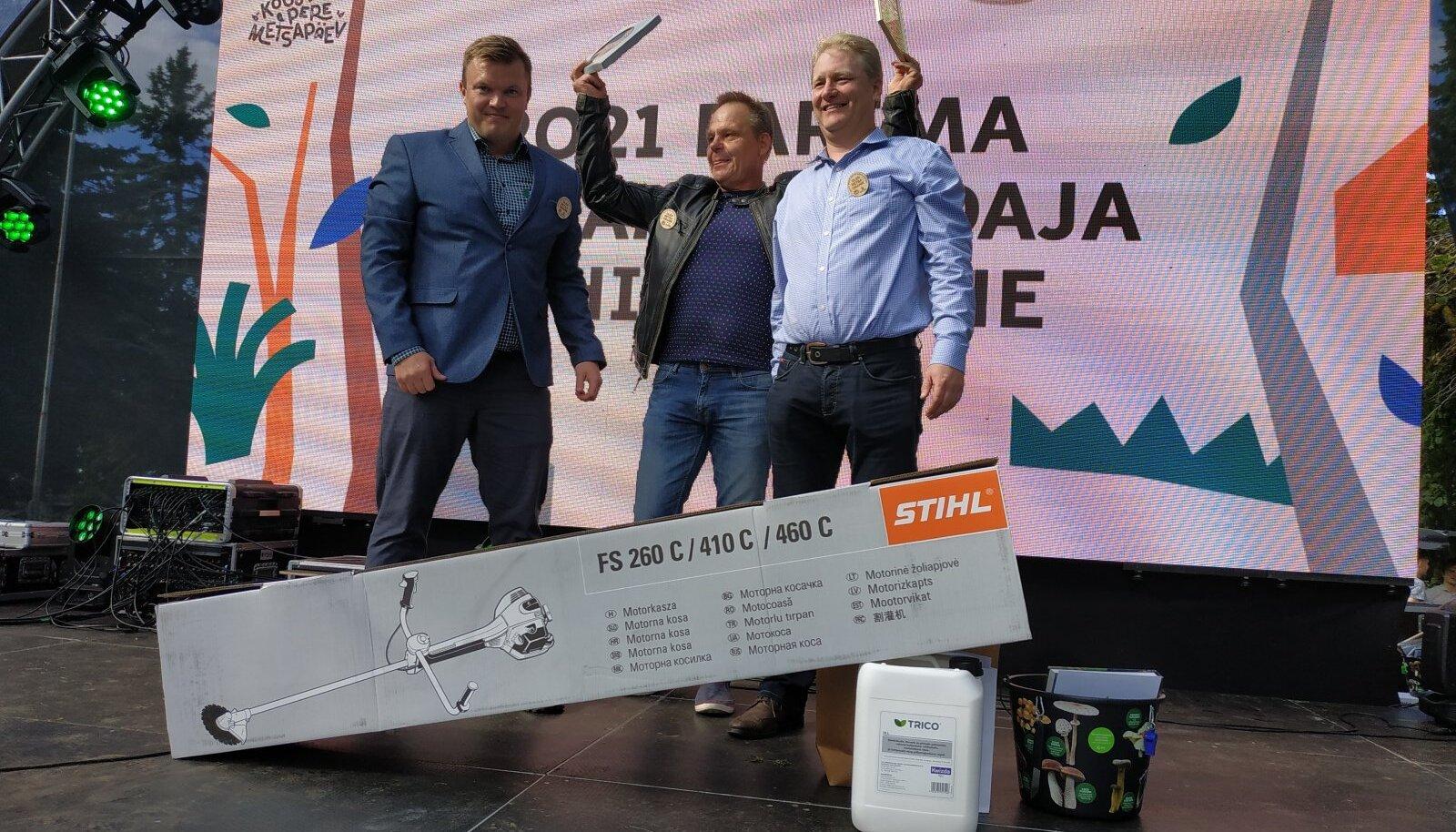 Žürii liige Meelis Matkamäe, parim metsaomanik 2021 Gunnar Lepasaar ja Jaanus Aun Erametsakeskusest.