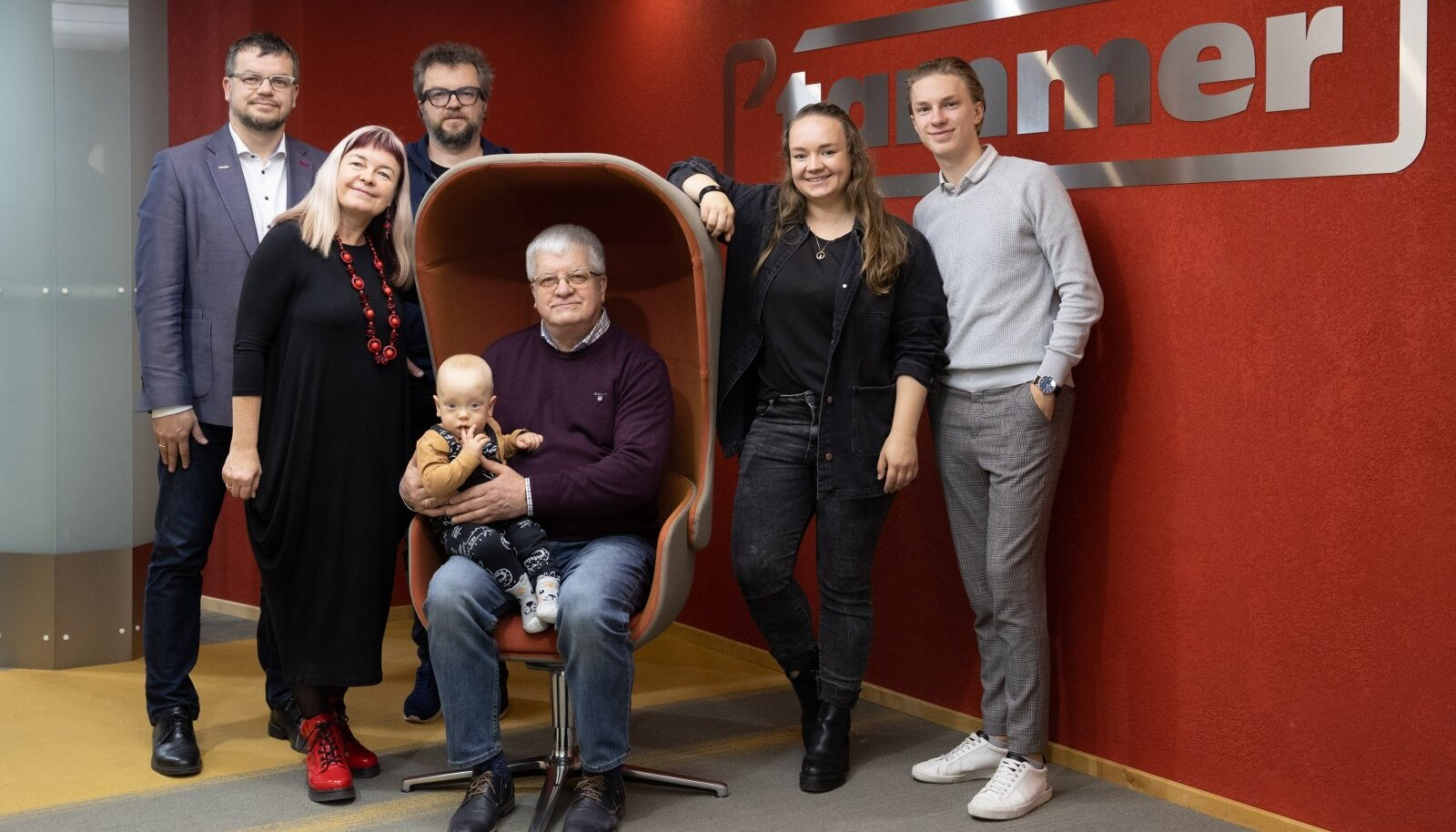 Neli põlvkonda. Vasakul seisavad Anti, Einike, Herty, istuvad Raigo ja Sebastian, paremal seisavad Anete ja Siimeon Elias. See on vaid väike osa kogu perest.