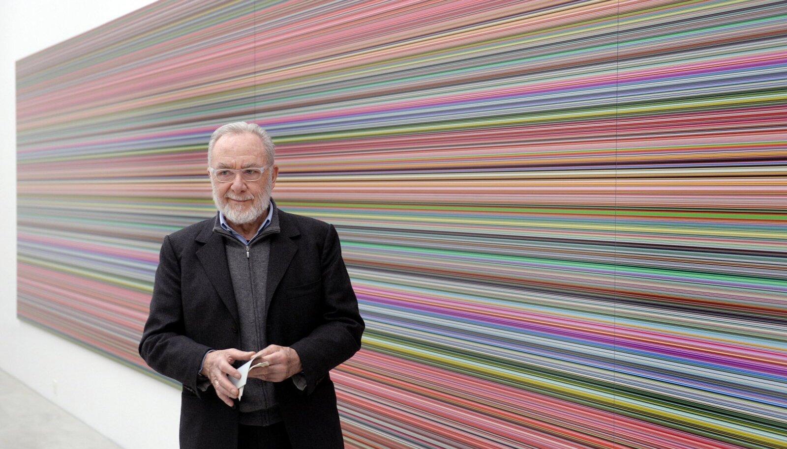 """Puhtalt illustreerival eesmärgil: kunstnik Gerhard Richter oma töö """"Streifen und Glas"""" ees. (Foto: AP)"""