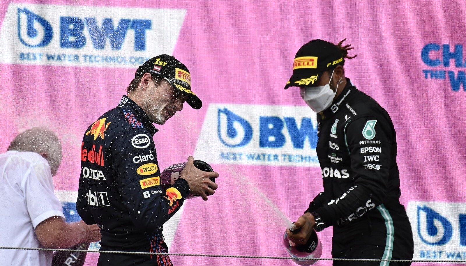 Lewis Hamiltoni (paremal) ainus rõõm on tiitli poole liikuv Max Verstappen šampanjat täis pritsida.