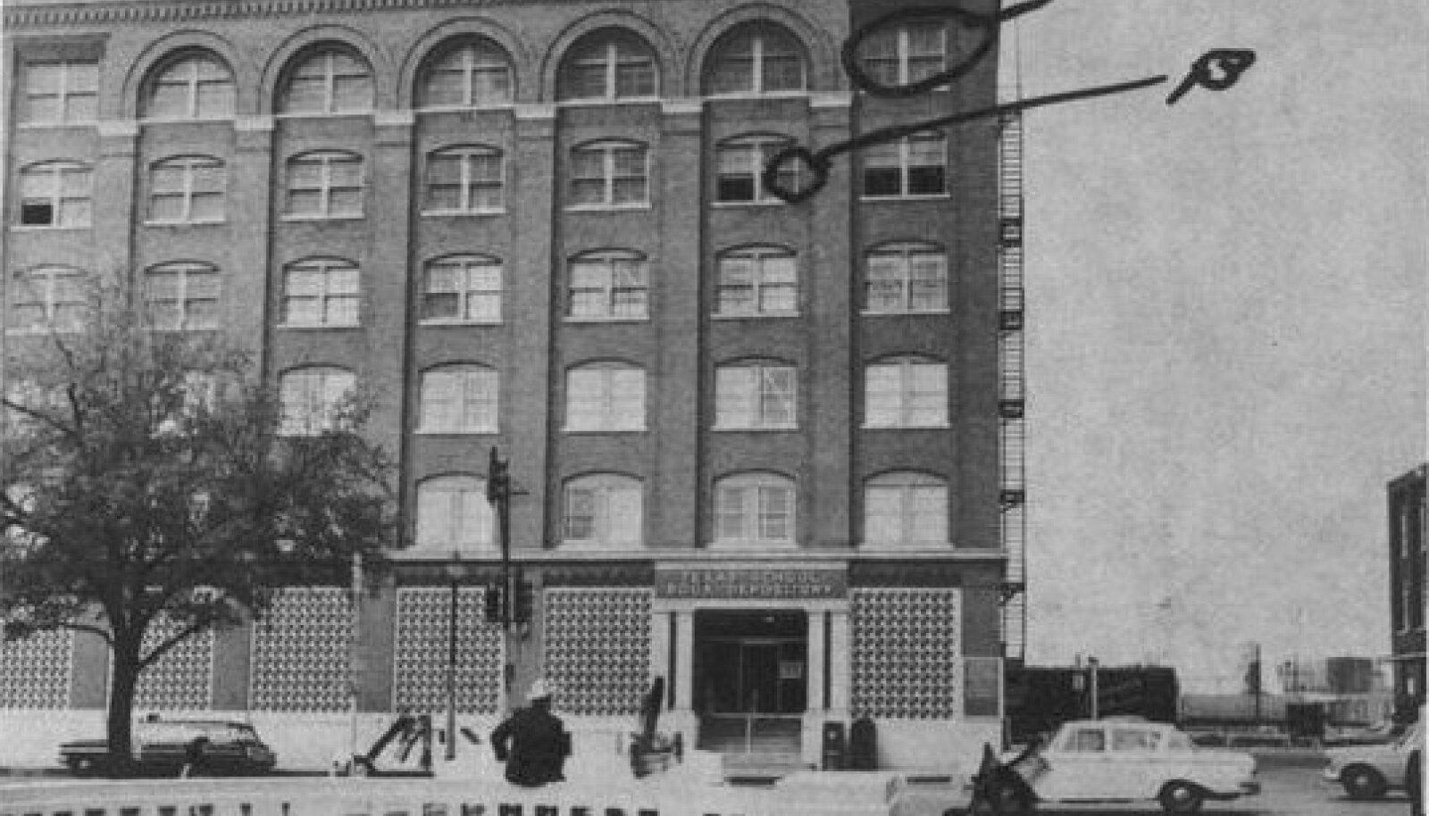 Tunnistaja Howard Brennan nägi inimesi Dallase raamatuhoidla viienda korruse aknal, aga siis nägi juba arvatavat tulistajat kuuenda korruse akna taga. Sealt leiti hiljem ka relv, mille Lee Harvey Oswald oli maha jätnud.