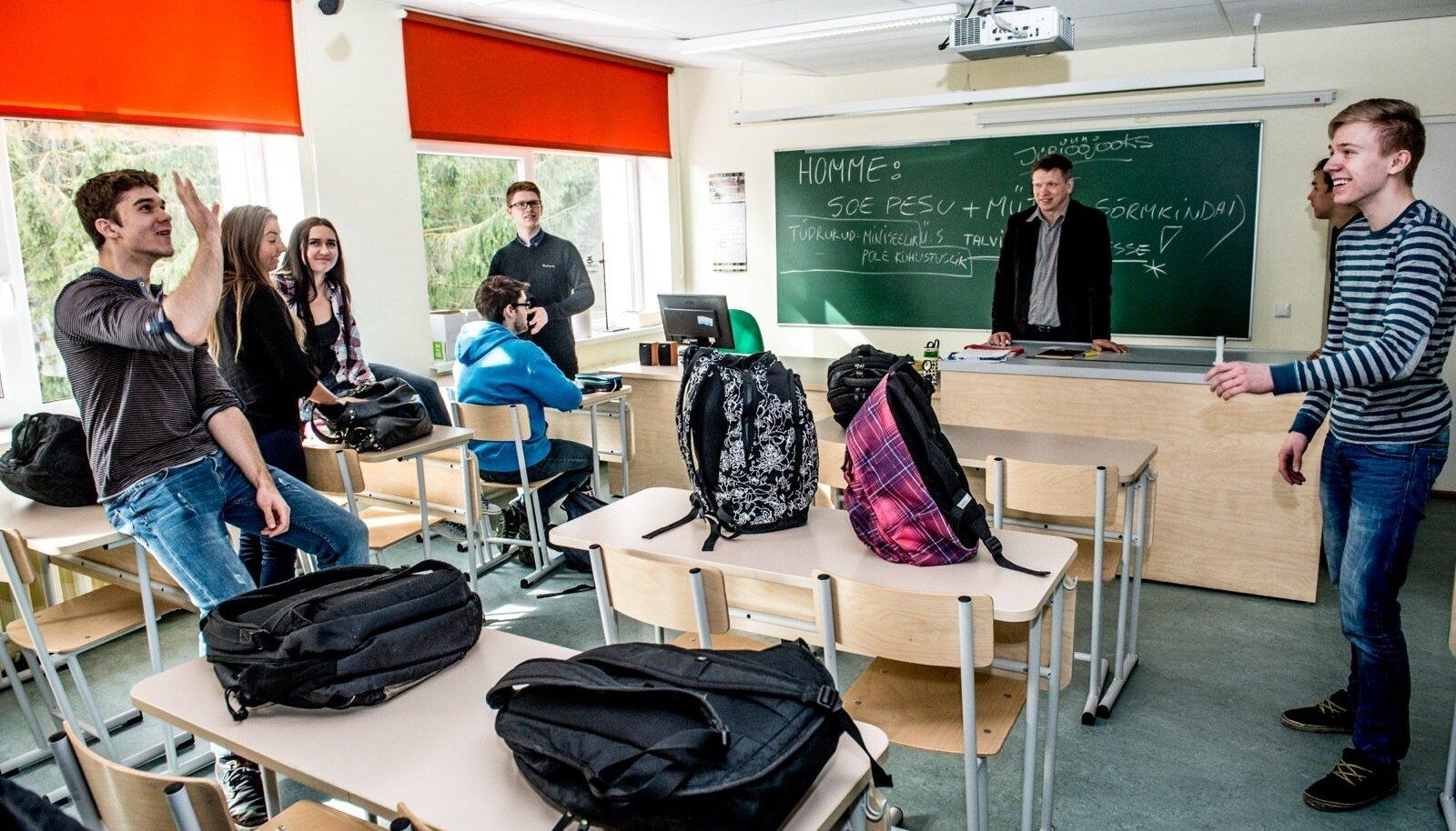 Loo keskkool on viimastel aastatel eksamite pingereas tublisti tõusnud. Pilt 10. klassist on tehtud mõned hetked enne majandustunni algust õpetaja Gunnar Richteri pilgu all.
