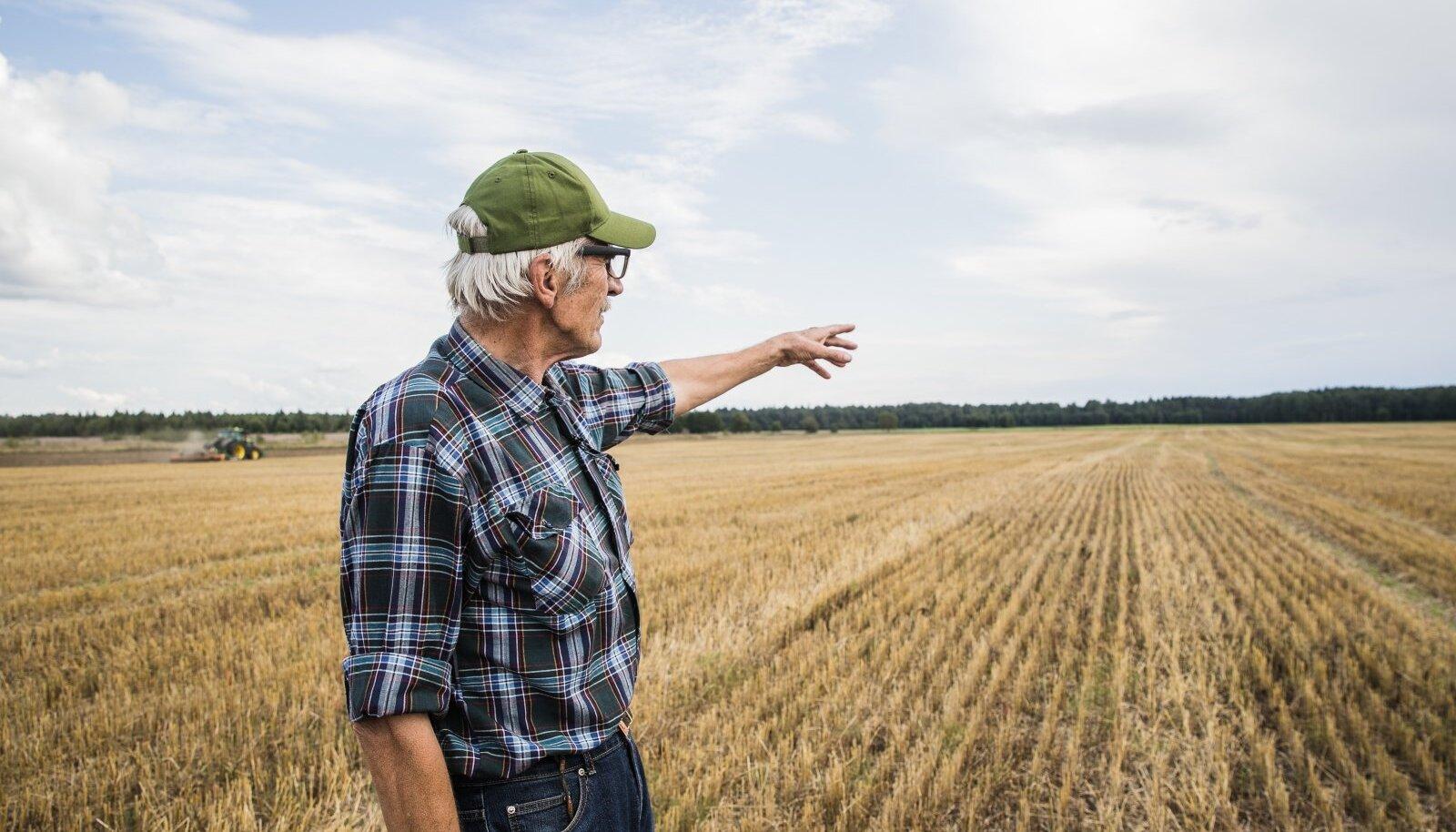 Rene Tarum näitab oma langenud põldu. Põllule tekkinud lohkude tõttu võib suur vihm külvatud vilja ära uhtuda. Maa langemise ebaühtsuse tõttu on ka põllumasinatega töö tegemine raskendatud. Tarum rääkis, et ühe maa vajumise tuvastas isegi seismograaf Tartus.