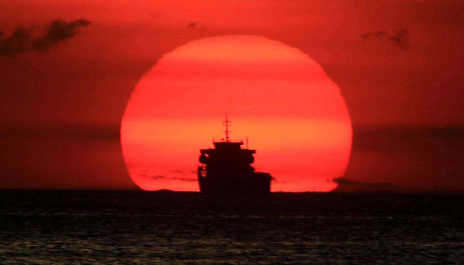 Suvaline kaubalaev päikeseloojangus Filipiinide pealinna Manila lähistel.