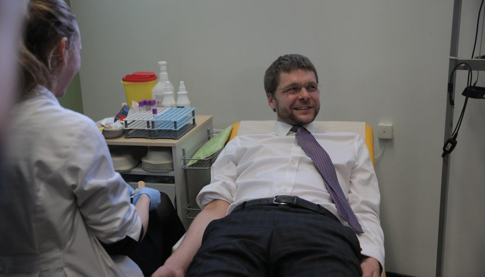 Minister Jevgeni Ossinovskilt hakatakse vereproovi võtma.