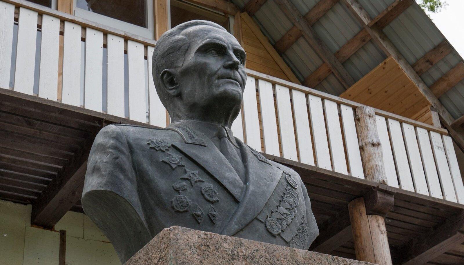 Eesti Vabadusvõitluse Muuseum, Lembit Pärna ausammas