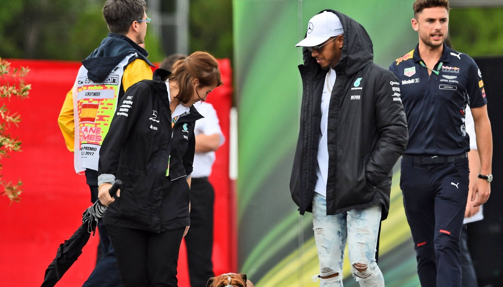 Lewis Hamilton koos koera Roscoe'ga.