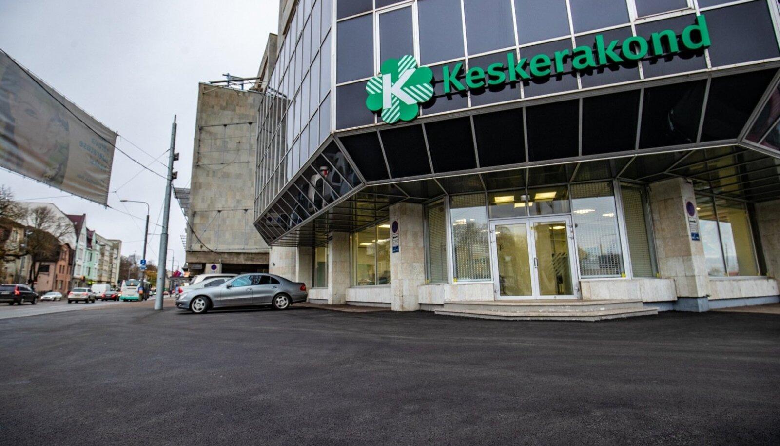 Keskerakonna kontori ees on uus asfalt.