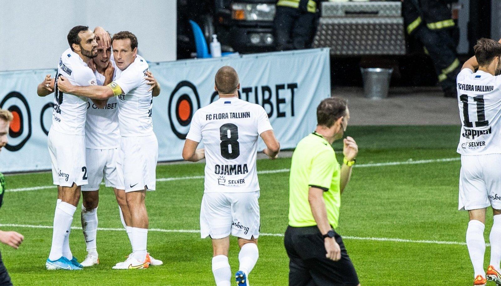 FC Flora mängijad (valges) said neljapäeval rõõmustada nelja tabamuse üle. Kordusmänguks andis see florakatele kaheväravalise eduseisu.