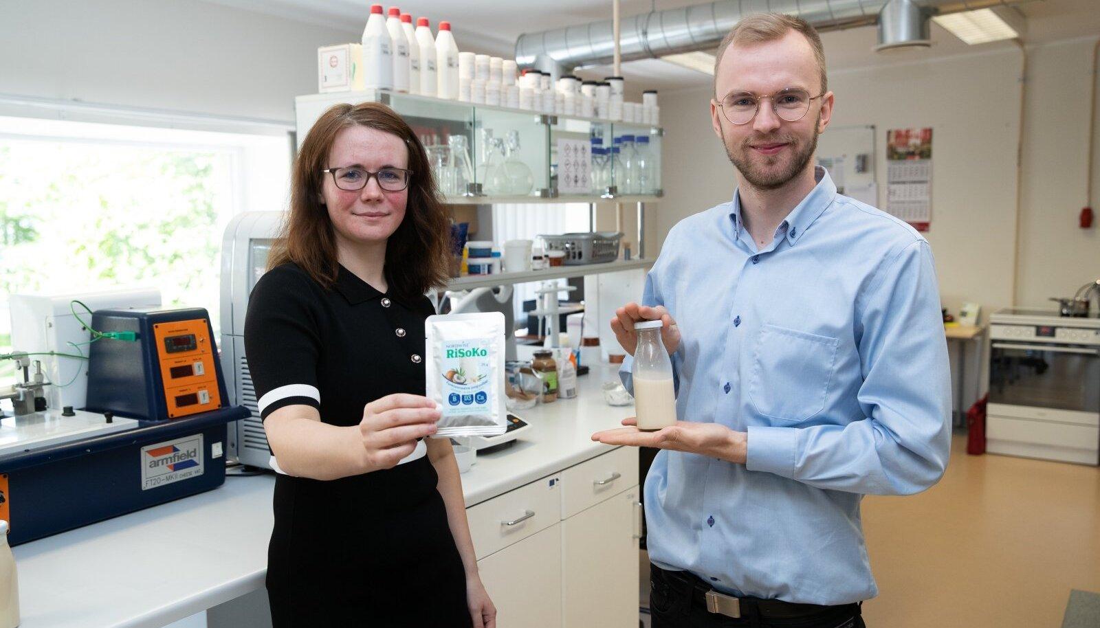 Kui tootearendusjuht Liis Lutteri käes olevale joogipulbrile lisada vett, saab Eesti esimese taimejoogi. Poes müüdavad valmisjoogid maitsevad turundusjuht Justin Heina sõnul vahel tühjalt, kuid RiSoKole annavad mõnusa maitse vanilliin ja kookos.