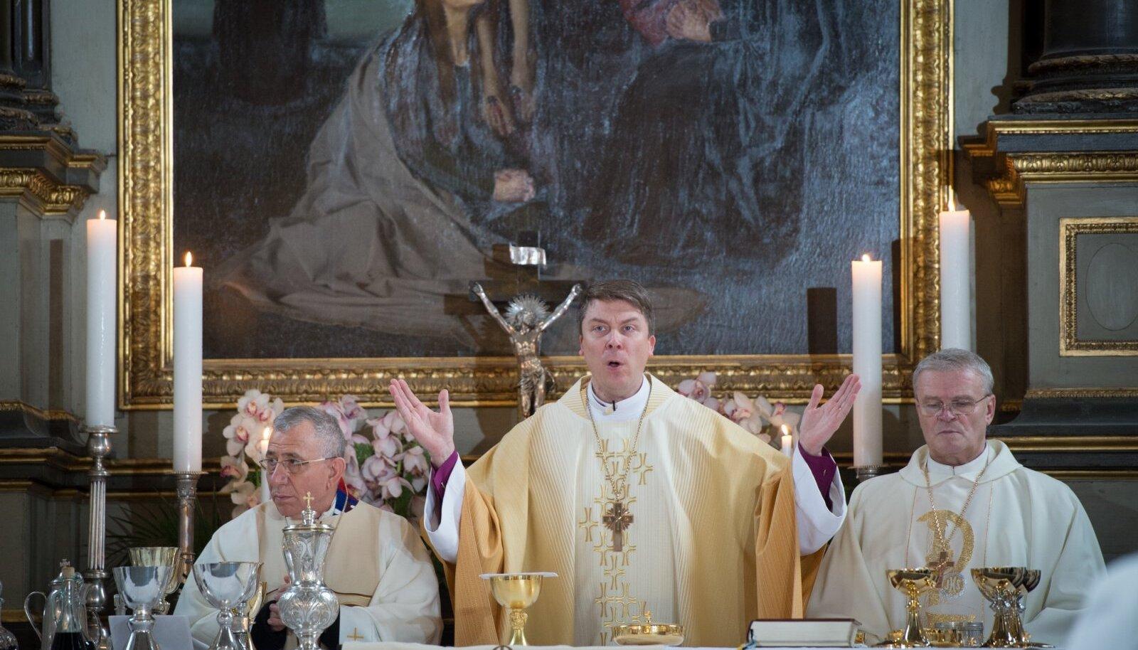Kuigi Urmas Viilma (keskel) ei startinud uue EELK peapiiskopi valimistele sugugi favoriidina, pühitseti 2015. aasta jaanuaris ametisse just tema.