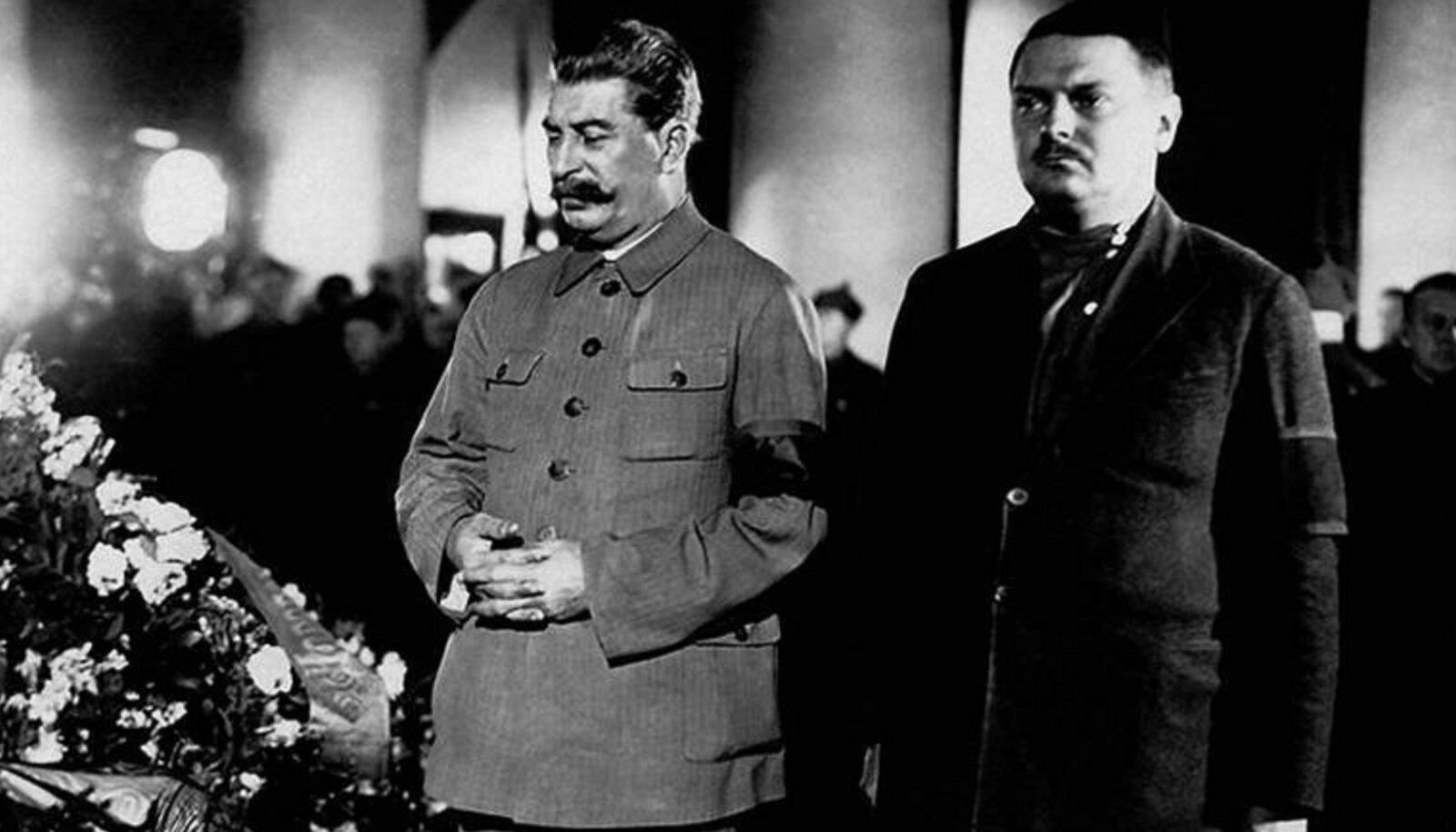 TAPJA LEINAB TAPETUT: Stalin Kirovi matustel kirstu juures.