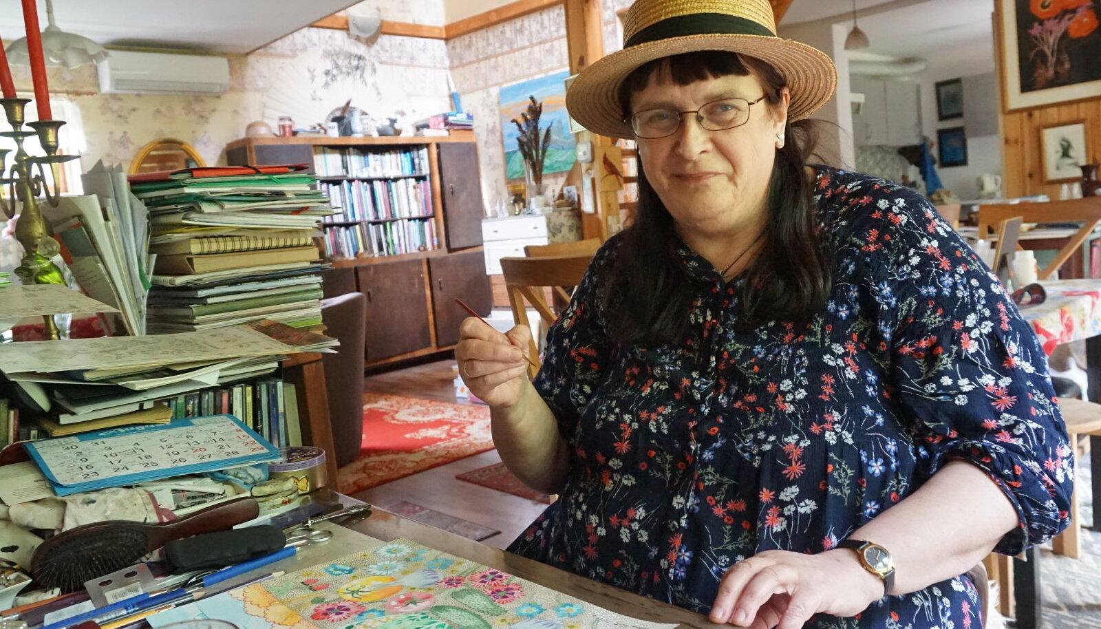 Maara Vindi filigraanset käekirja näeb maalidel, raamatuis, postkaartidel. Enim meeldib talle tušš, aga ka akvarell ja pastell.
