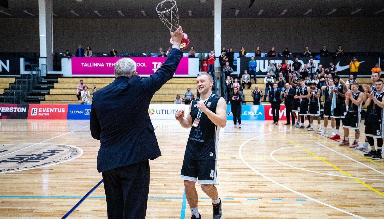 Rannar Raap 2019. aastal Eesti meistrivõistluste kolmanda koha karikat vastu võtmas.