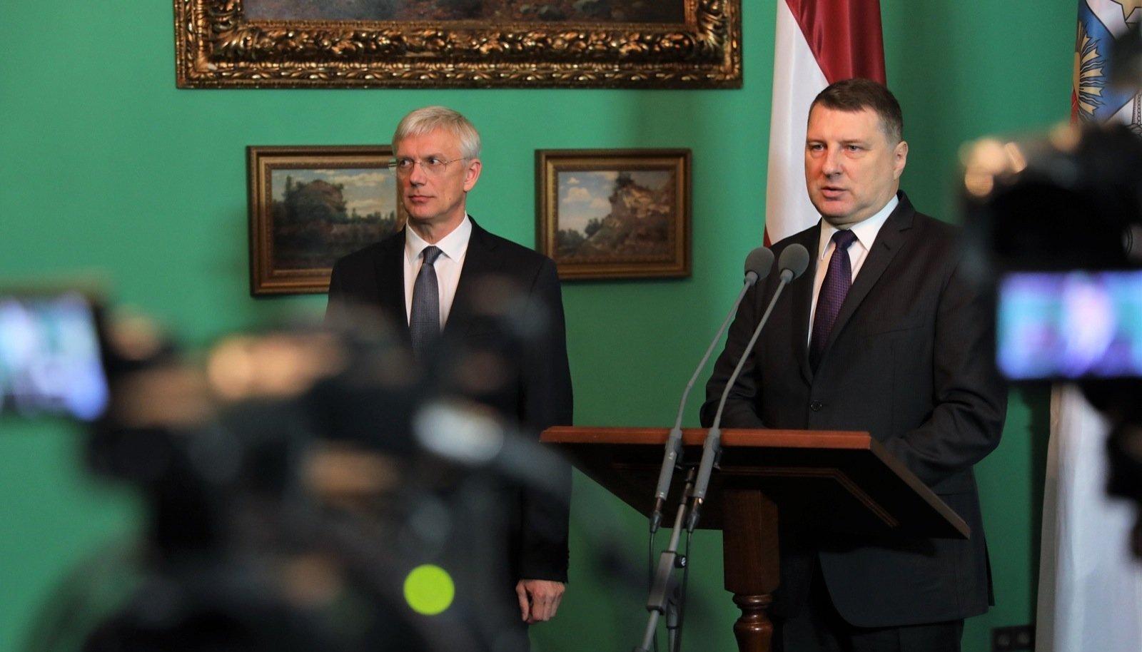 Läti president Raimonds Vējonis (paremal) ja uus peaministrikandidaat Krišjānis Kariņš eile Riias presidendilossis pressikonverentsil