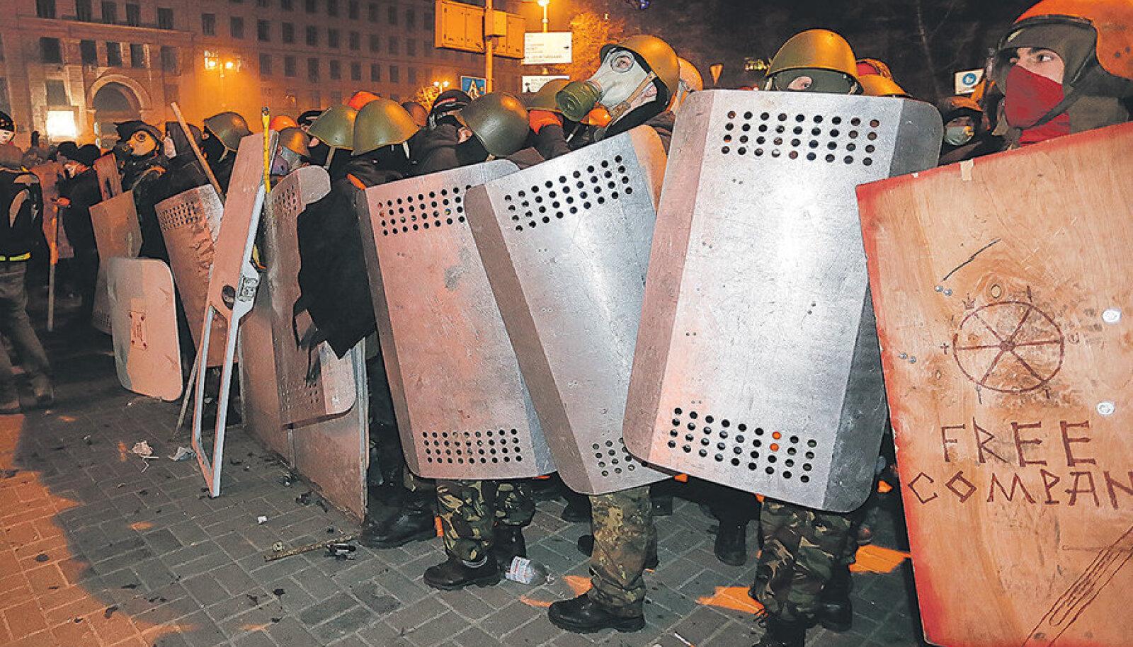 Kilpide taga ja kiivritega ei ole mitte politseinikud, vaid nendega kokkupõrkeks valmistunud meeleavaldajad.