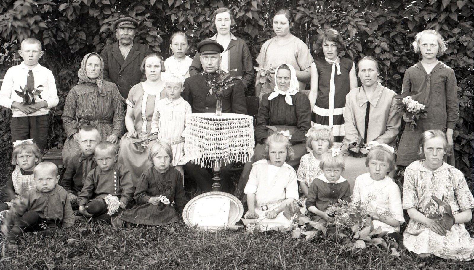 Eduard Nõmme tütre Elli-Linda 6. sünnipäeva tähistamine 1920. aastail Saaremaal.