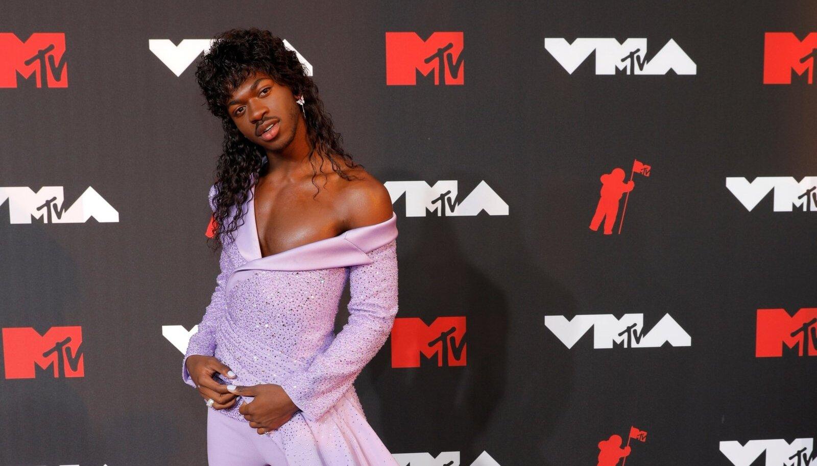 Muusik Lil Nas X-ile meeldib punasel vaibal oma fänne šokeerida. Foto tänavuselt MTV videomuusikauhindade galalt, kus ta kandis violetset Atelier Versace pükskostüümi.