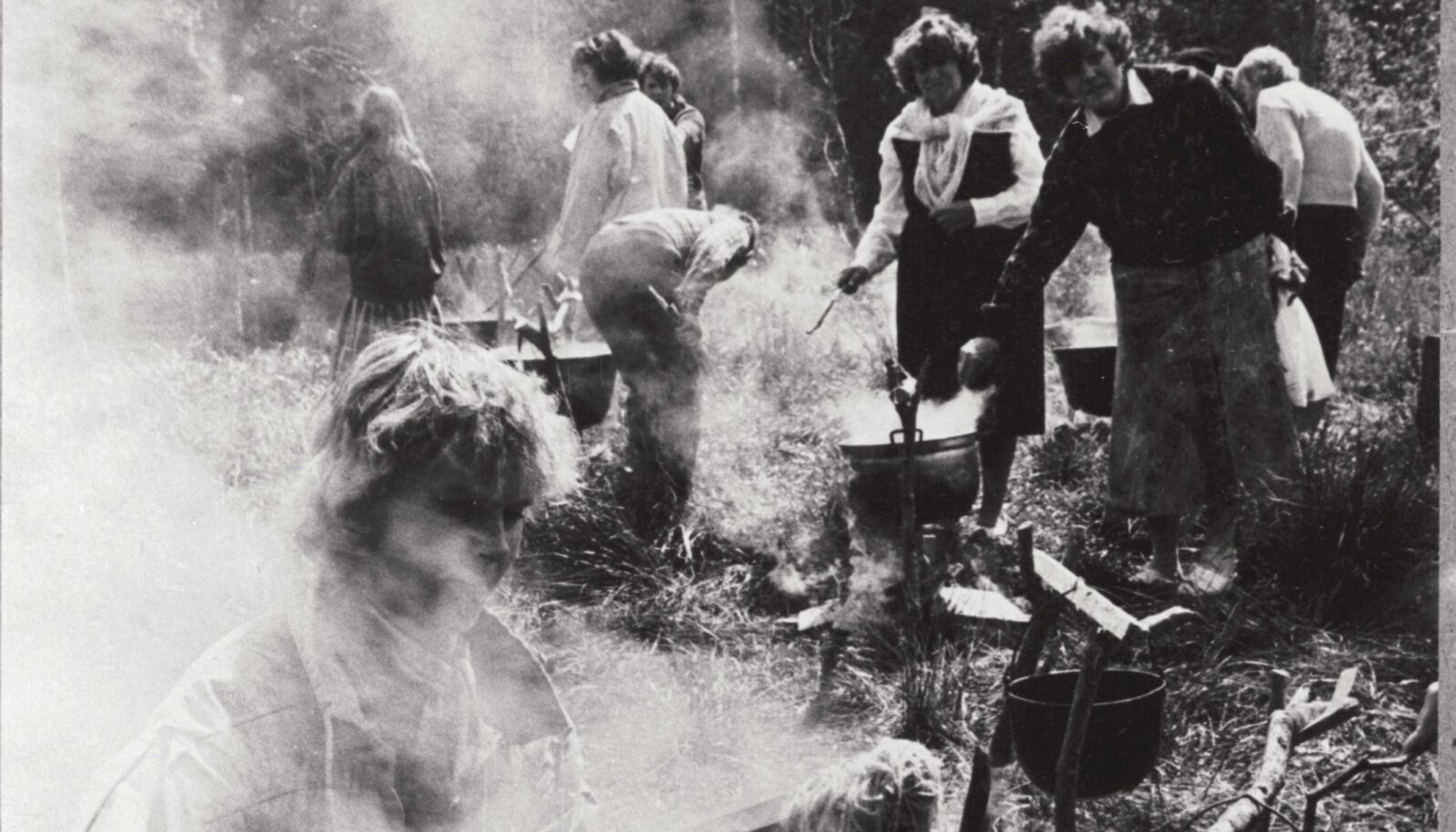 Usinad lõngakeetjad naiskäsitöö õpetajate seltsi kokkutulekul.