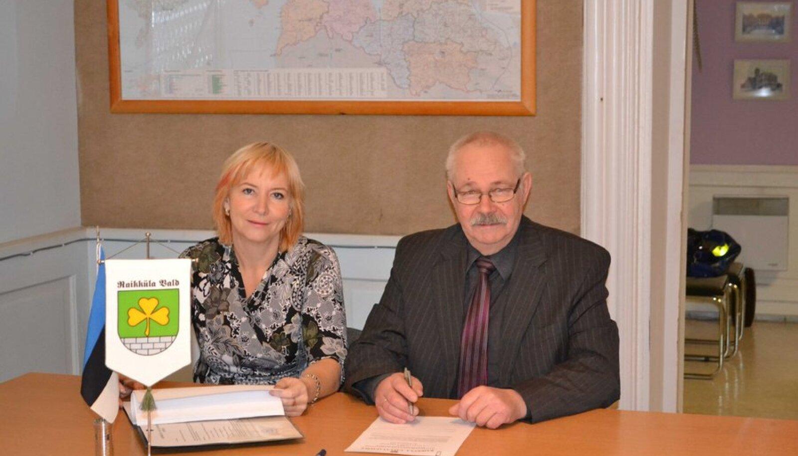 Uus vallavanem Anne Leht ja mitu valimisperioodi vallavanem olnud Jaan Truuts pärast volituste üleandmist