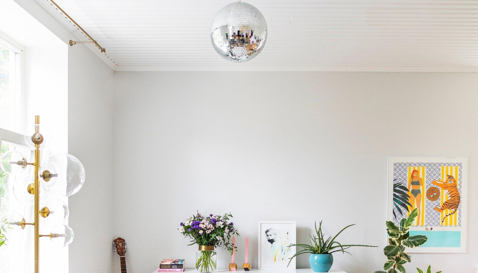 """Ilusate asjade kapi leidis Kelly Mustrist: see jätkab köögi modernset joont ja ühendab toapooled. Kuldse jalaga """"mummulamp"""" on leid KARE Designist."""