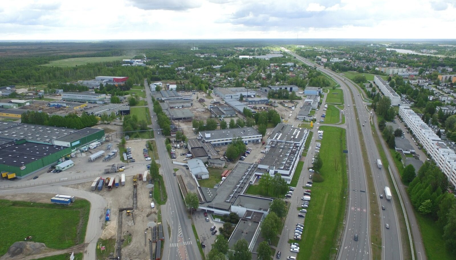 Pärnu KEKi kunagised ja nüüdsed valdused linnulennult. Keskel asub praegu arendatav ETEE Ärikvartal, paremal Kuldse Kodu terrassimaja, selle taga kunagise aiandi asemele ehitatud individuaalelamud.