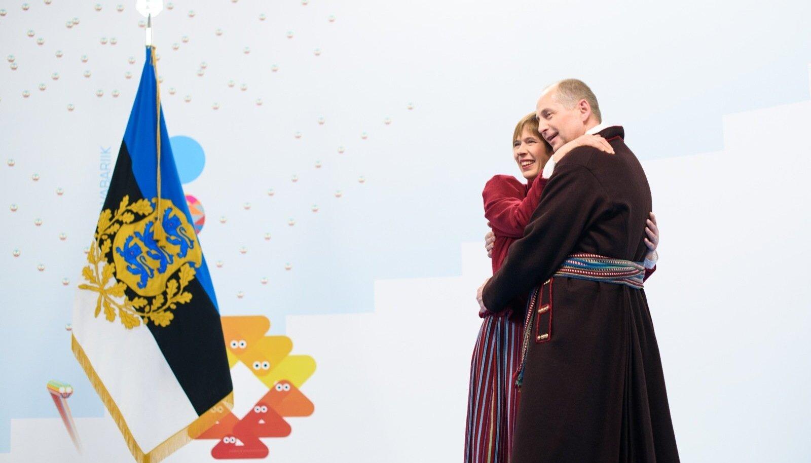 President Kersti Kaljulaidi ja abikaasa kallistus möödunud aastal presidendi vastuvõtul.