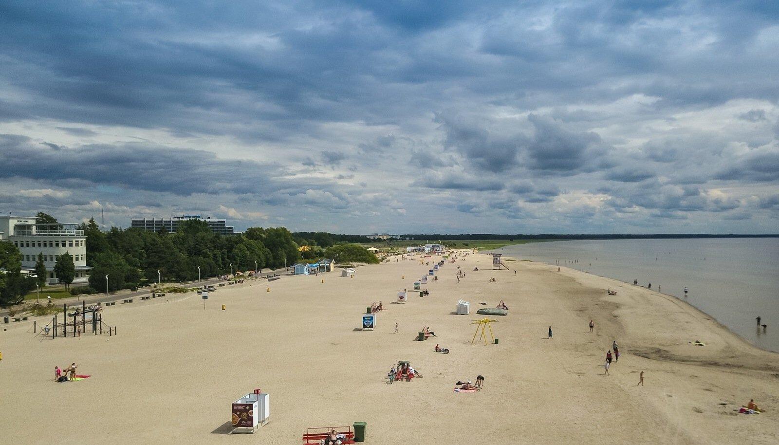 Pärnu rand 9. juulil. Kui tavapäraselt peaks juulis olema siin raske kohta leida, siis tänavu pole rannailmaga kiita olnud. Haripunktis on Pärnu rannas 10 000 inimest, uuel nädalal lõpuks saabuv suvesoe peaks inimesi ka rohkem liiva peale meelitama.