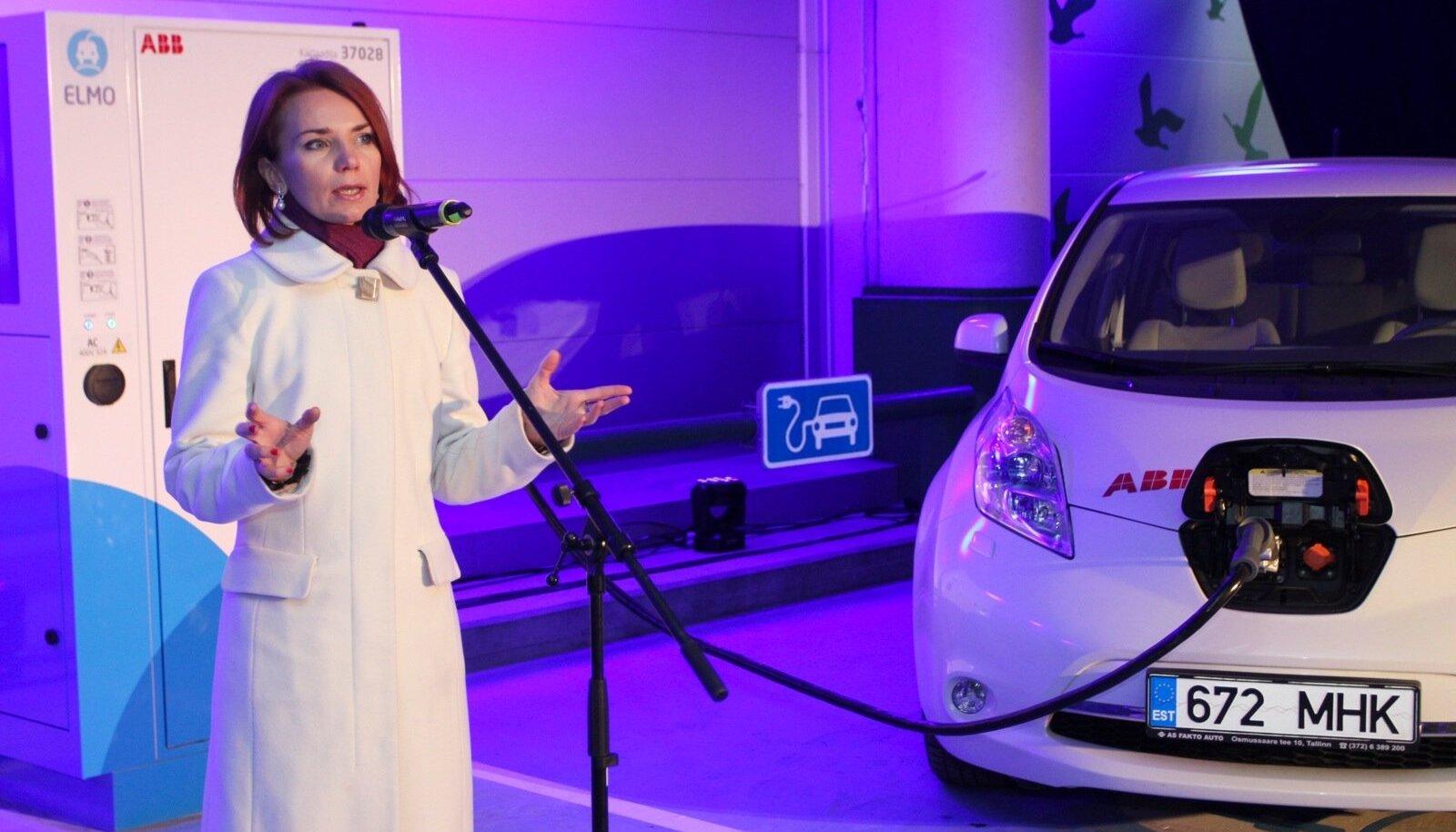 Toonane keskkonnaminister Keit Pentus avamas elektriautode kiirlaadimisvõrku.