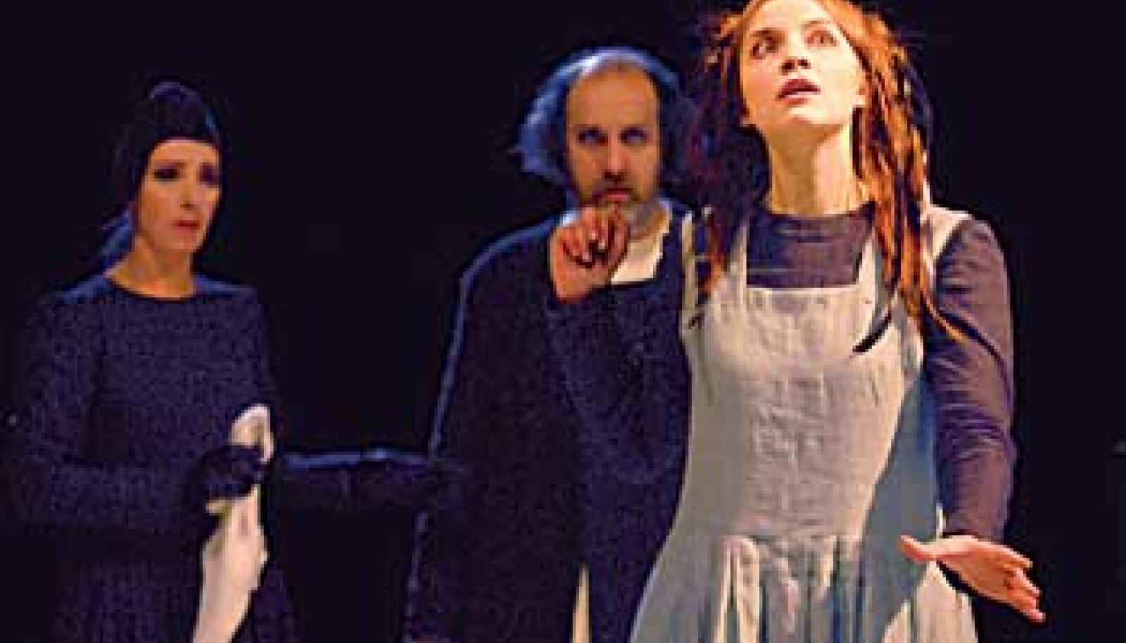 LAPSELIK OPHELIA JA KURIKAVAL KUNINGAPAAR: Ophelia (Maria Peterson), kuninganna Gertrud (Kaie Mihkelson) ja kuningas Claudius (Roman Baskin) Theatrumi uuslavastuses. Harri Rospu